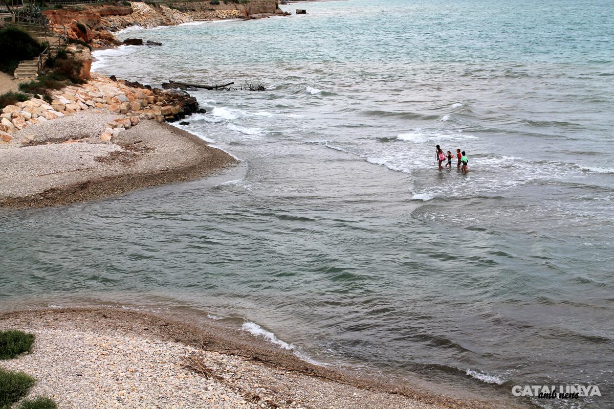 Creuant el riu Sénia per la platja