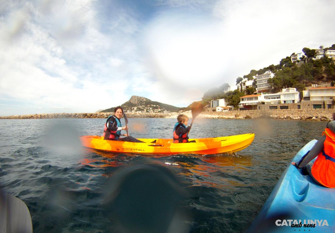 Travessa familiar amb kayak de mar a la Costa Brava