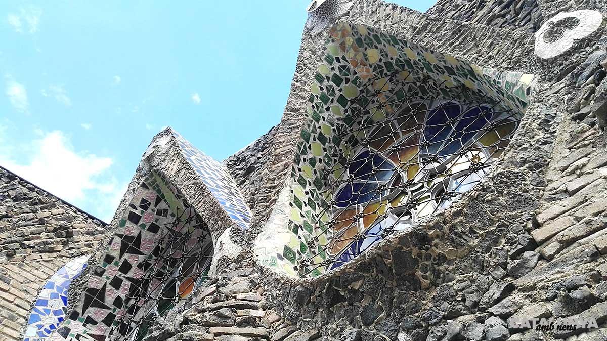 Exterior i finestres de l'església